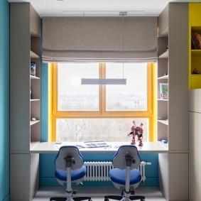 Деревянные рамы окна в детской комнате