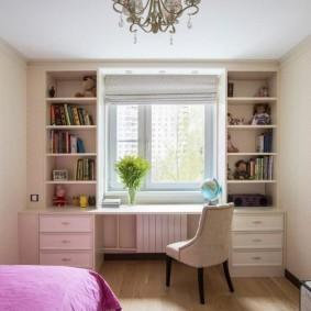 Розовое одеяло на кровати в детской