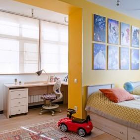Желтая стена в комнате для двоих детей