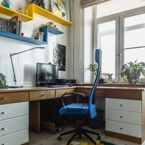 Открытые полки над компьютерным столом