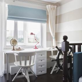 Белые занавески в комнате морского стиля