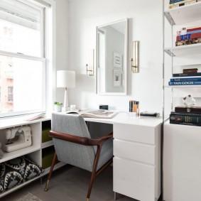 Белый письменный стол в светлом кабинете