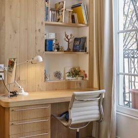Встроенные полки над письменным столом
