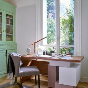 Письменный стол около окна без штор