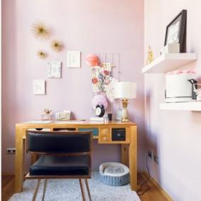 Небольшой кабинет с розовыми стенами