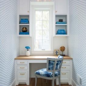 Узкий кабинет с письменным столом