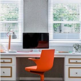 Яркий стул перед рабочим столом