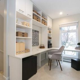 Домашний кабинет с белой мебелью