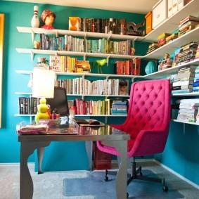 Офисное кресло розового цвета