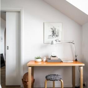 Рабочий стол в мансардной комнате