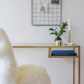 Книжка в синем переплете на полочке в столе