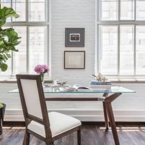 Легкий столик со стеклянной столешницей