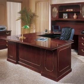 Темно-коричневый стол из массива дерева