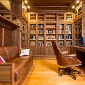 Деревянные стеллажи в классическом кабинете