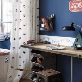 Деревянный стол в винтажном стиле