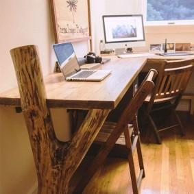 Ветка дерева в качестве опоры письменного стола
