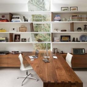 Открытые полки для книг в домашнем кабинете