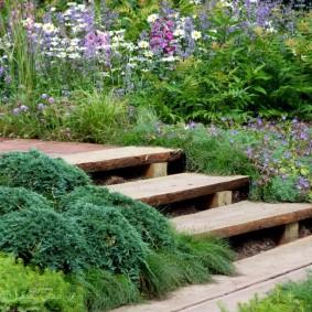 Деревянные ступени садовой лестницы