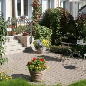 Садовый вазон с цветущими бархатцами