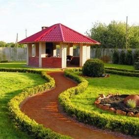 Извилистая дорожка к садовой беседке