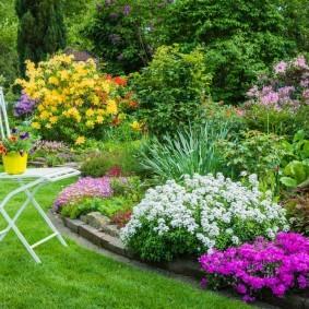 Цветы в горшке на садовом стульчике