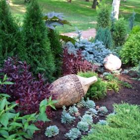 Винтажная амфора на садовой клумбе