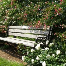 Садовая скамейка на кованном каркасе