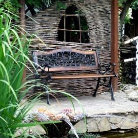 Стильная скамейка на металлическом основании