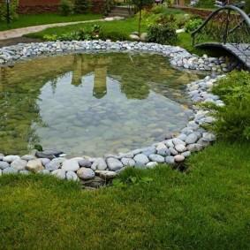 Бутовый камень на берегу водоема