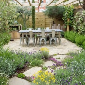 Садовая мебель на каменной площадке