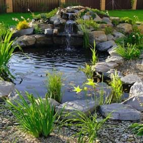 Искусственный водоем с каменистыми берегами