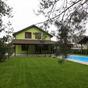 Ровный газон перед частным домом