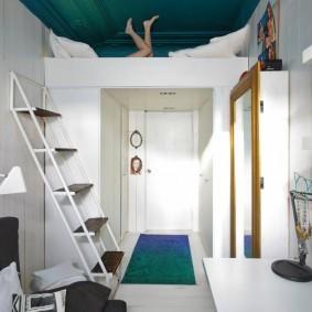 Детская кровать над дверным проемом