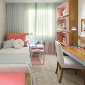 Узкая комната для маленькой девочки