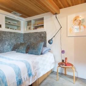 Деревянный потолок в маленькой комнате