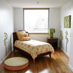 Детская кроватка в небольшой комнате