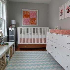 Светлый коврик перед детской кроватью