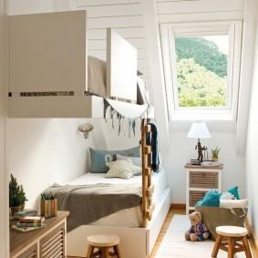 Детская комната в мансарде с высоким потолком