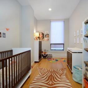 Светлая отделка стен и потолка в узкой комнате