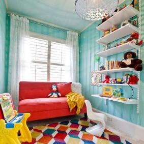 Красный диван перед окном в детской