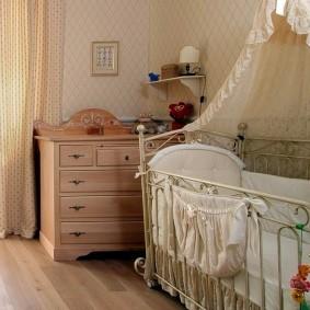 Детская кроватка на металлическом каркасе