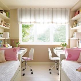 Розовые подушки на кроватях в детской