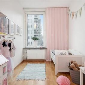 Розовая занавеска на окне комнаты для девочки