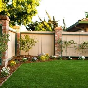 Пластиковая ограда садового участка