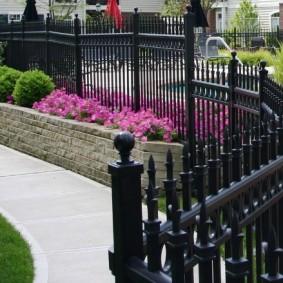 Кованный забор черного цвета