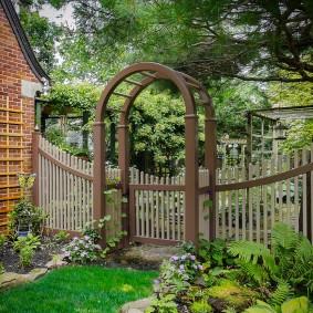 Деревянная пергола над калиткой в сад