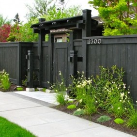 Деревянный забор черного цвета