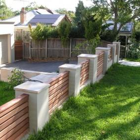 Низкая ограда на бетонных столбах
