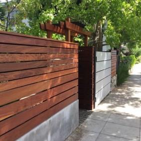 Дощатый забор на входе во двор частного дома