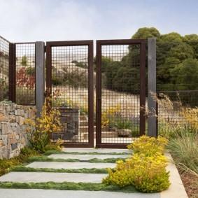 Сетчатые ворота на заднем входе участка